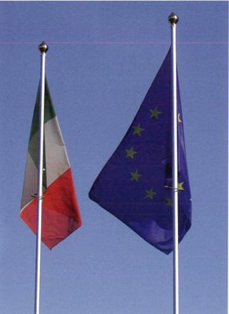 Esposizione della bandiera Italiana ed Europea su due pennoni